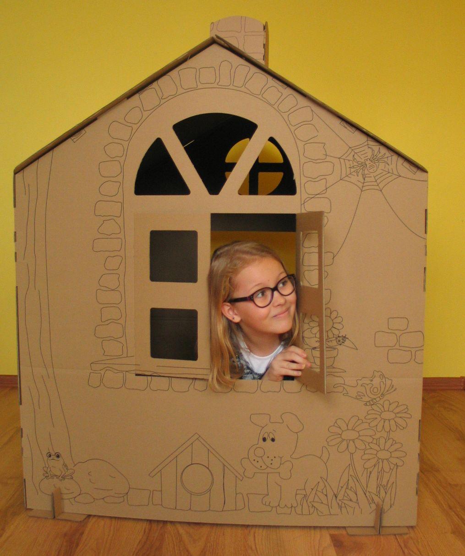 dziecko w domku tekturowym
