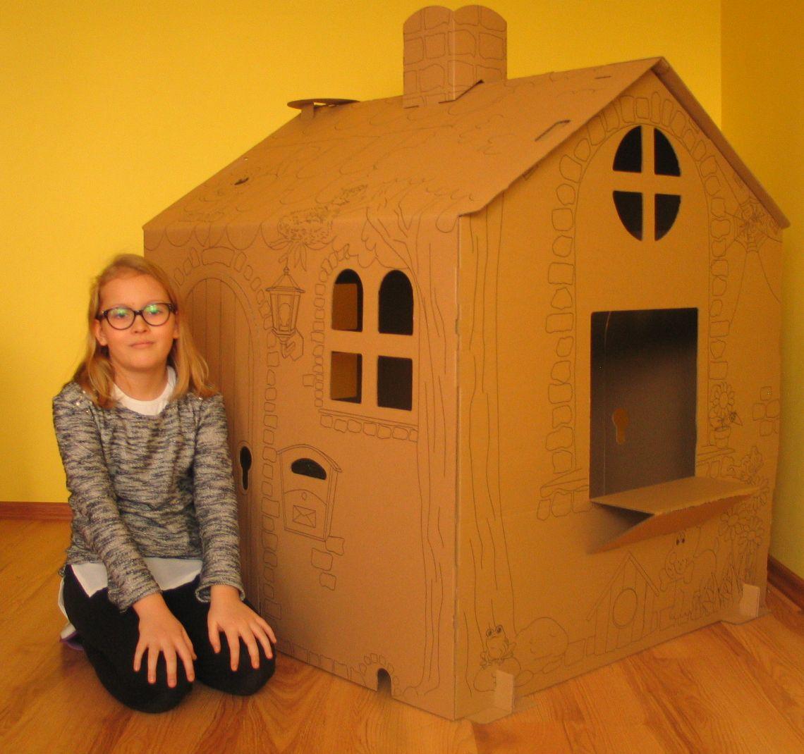 dziecko i domek tekturowy